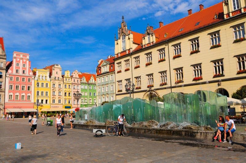 Πολωνία, πόλη Wroclaw, σπίτια και άνθρωποι στην παλαιά πλατεία της πόλης, κύριο τετράγωνο αγοράς Τον Ιούνιο του 2018 στοκ εικόνα με δικαίωμα ελεύθερης χρήσης