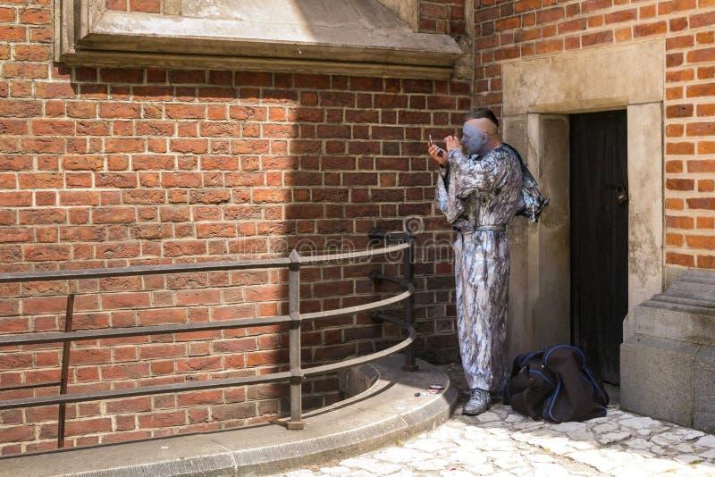 ΠΟΛΩΝΙΑ, ΚΡΑΚΟΒΙΑ - 27 ΜΑΐΟΥ 2016: Άγνωστος δράστης που διαδραματίζει το ρόλο ενός μνημείου διαβίωσης να προετοιμαστεί για την πα στοκ φωτογραφία με δικαίωμα ελεύθερης χρήσης