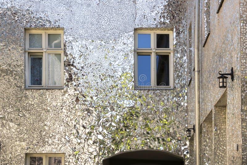 Πολωνική πόλη Λοντζ, ενδιαφέρουσα οδός με τα κτήρια καθρεφτών στοκ εικόνα