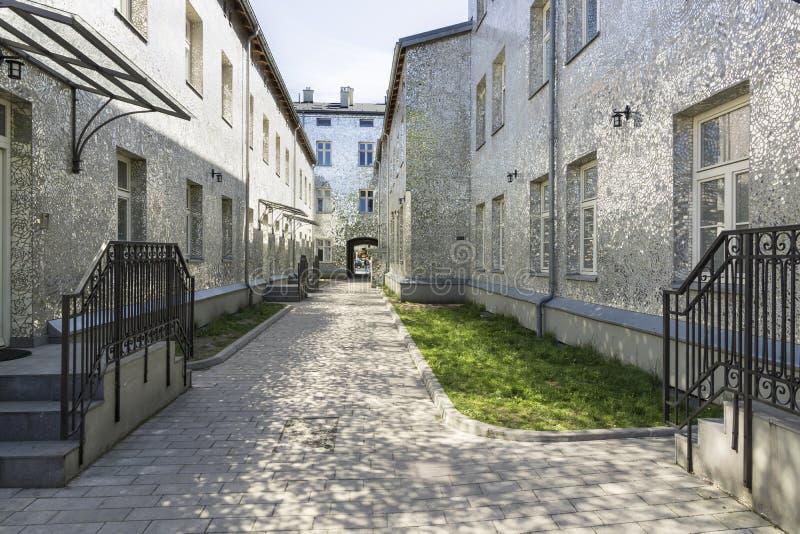 Πολωνική πόλη Λοντζ, ενδιαφέρουσα οδός με τα κτήρια καθρεφτών στοκ φωτογραφία με δικαίωμα ελεύθερης χρήσης