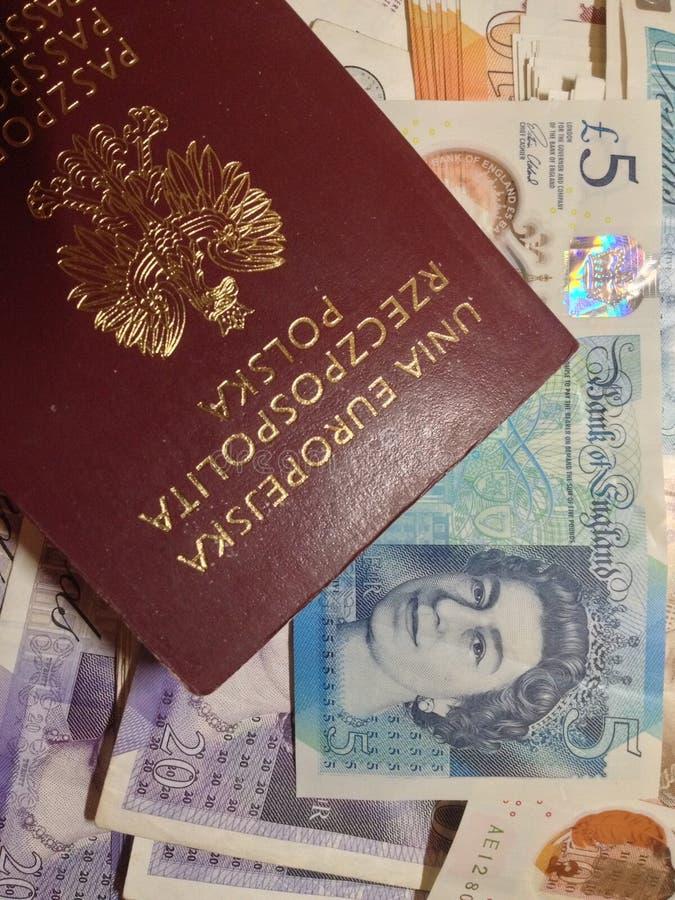 Πολωνικό διαβατήριο & βρετανικές λίβρες - μετανάστευση στοκ εικόνες