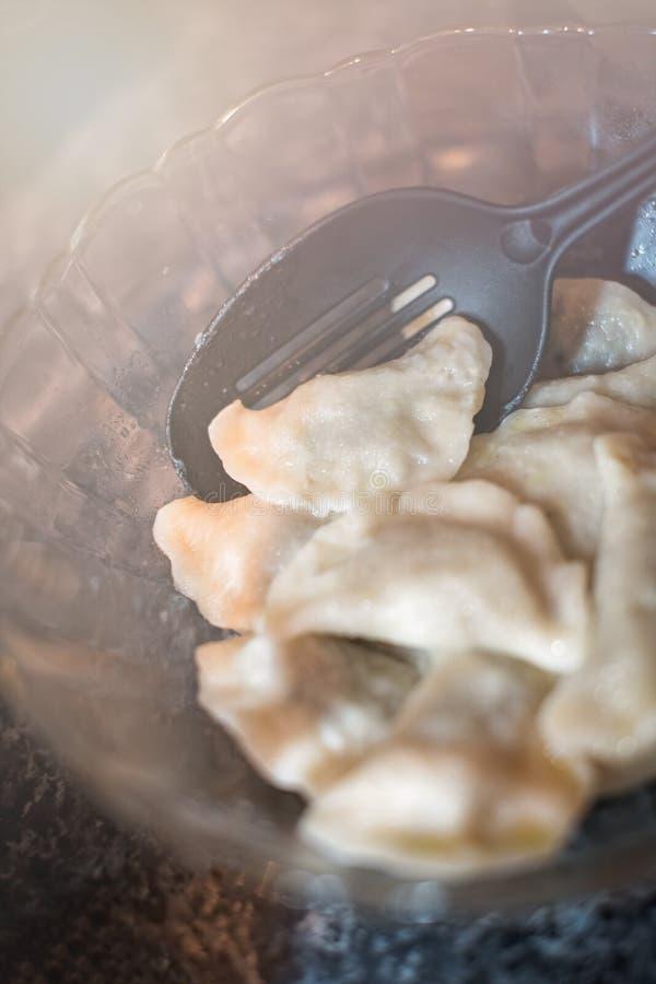 Πολωνικό pierogi σε ένα πιάτο γυαλιού στοκ φωτογραφίες
