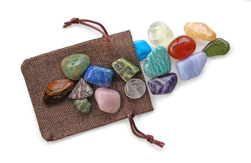Πολύτιμη σακούλα Healer κρυστάλλου των ζωηρόχρωμων πετρών στοκ εικόνες