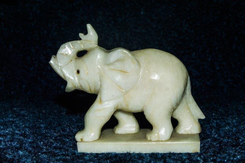 Πολύτιμο statuette της άσπρης πέτρας υπό μορφή ελέφαντα στοκ φωτογραφία με δικαίωμα ελεύθερης χρήσης
