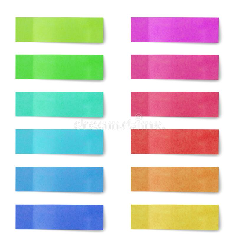 Πολύχρωμα αυτοκόλλητα χαρτιού σημειώσεων μετά την τοποθέτηση απομονωμένα σε λευκό στοκ εικόνα με δικαίωμα ελεύθερης χρήσης