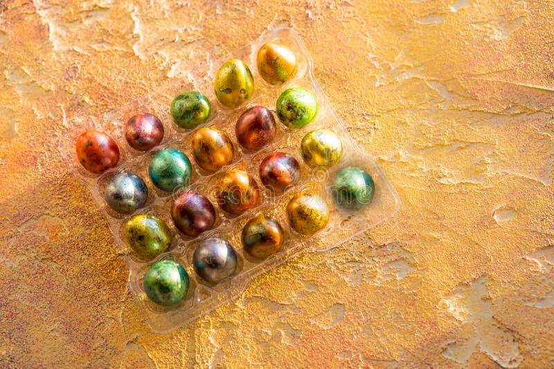 Πολύχρωμα βαμμένα φωτεινά αυγά ορτυκιών Πάσχας Πλήρες πακέτο της γωνίας αυγών στο πορτοκαλί υπόβαθρο Τοπ όψη διάστημα αντιγράφων στοκ φωτογραφίες με δικαίωμα ελεύθερης χρήσης