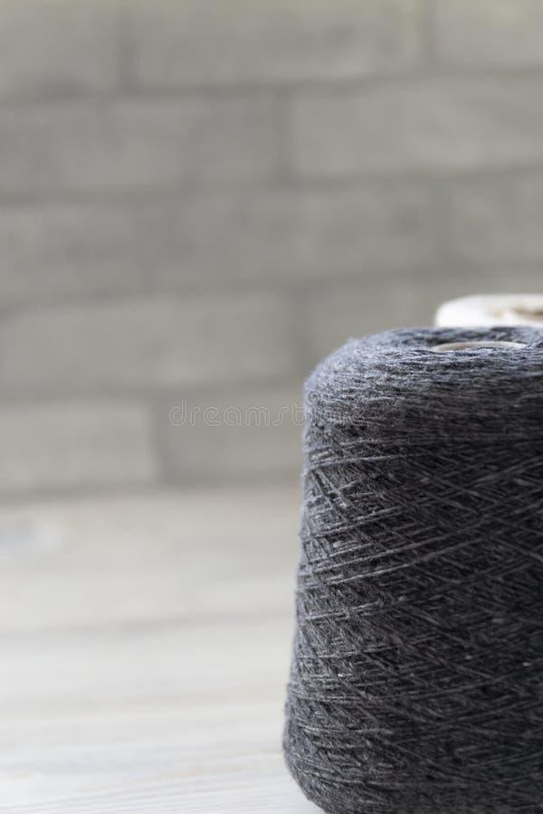 Πολύχρωμα μασούρια του νήματος μαλλιού για το πλέξιμο χεριών και μηχανών E r στοκ εικόνες