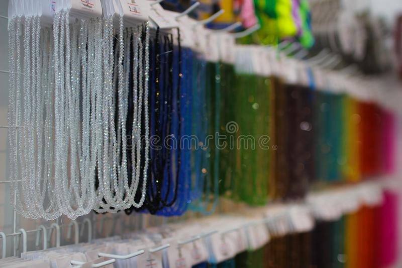 Πολύχρωμα νήματα Το νήμα με τα όμορφα πολύχρωμα μαργαριτάρια και το γυαλί διακοσμεί λαμπρό, δημιουργικός και την κεντητική με χάν στοκ φωτογραφίες