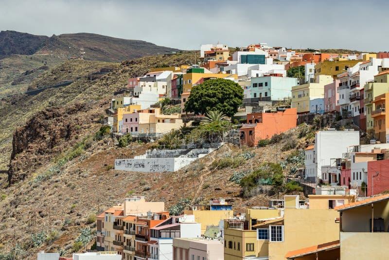 Πολύχρωμα σπίτια στην πλαγιά του ηφαιστείου στο Σαν Σεμπαστιάν ντε λα Γκόμρα, Ισπανία στοκ εικόνες