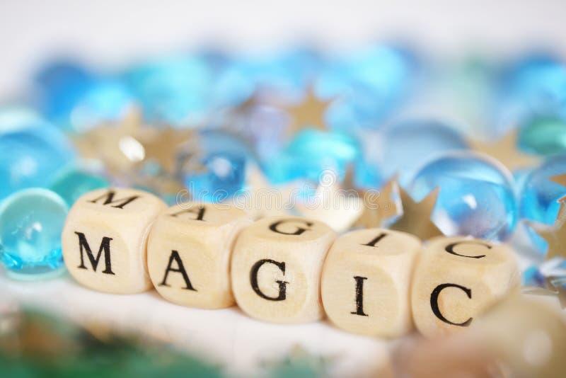 Πολύχρωμα σφαίρες και αστέρια πηκτωμάτων - κομφετί δίπλα στην επιγραφή: μαγικός Εορταστική εικόνα Αφαίρεση στοκ εικόνα με δικαίωμα ελεύθερης χρήσης