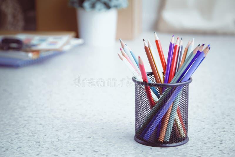 Πολύχρωμα pensils στο κιβώτιο σε ένα γραφείο στοκ εικόνα