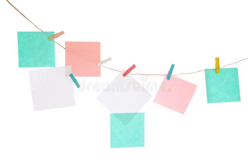 Πολύχρωμες αυτοκόλλητες ετικέττες στο σχοινί απομονωμένο στο λευκό υπόβαθρο Θέση για τις επιγραφές σας στοκ εικόνες με δικαίωμα ελεύθερης χρήσης