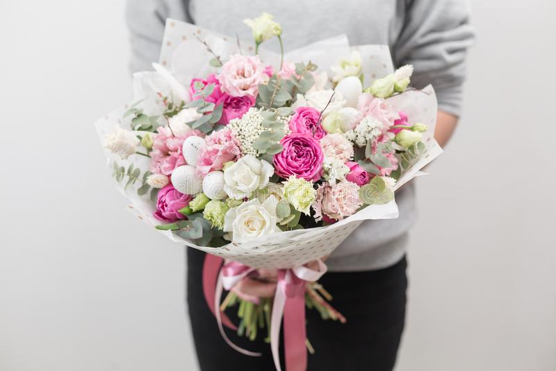 9 πολύχρωμες εικόνες διάθεσης που τίθενται τις τουλίπες άνοιξη θαυμάσιες Όμορφη ανθοδέσμη πολυτέλειας των μικτών λουλουδιών στο χ στοκ εικόνες με δικαίωμα ελεύθερης χρήσης
