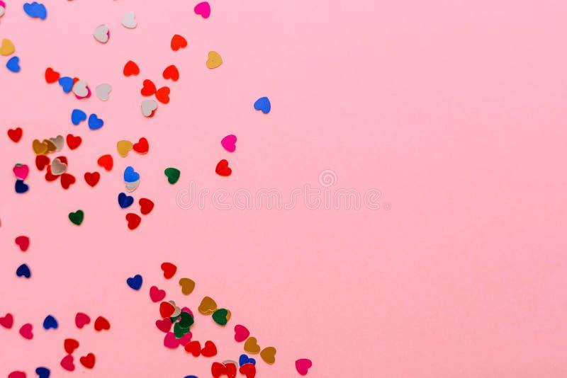 Πολύχρωμες καρδιές σε ένα ρόδινο υπόβαθρο Θέση για την επιγραφή στοκ φωτογραφία