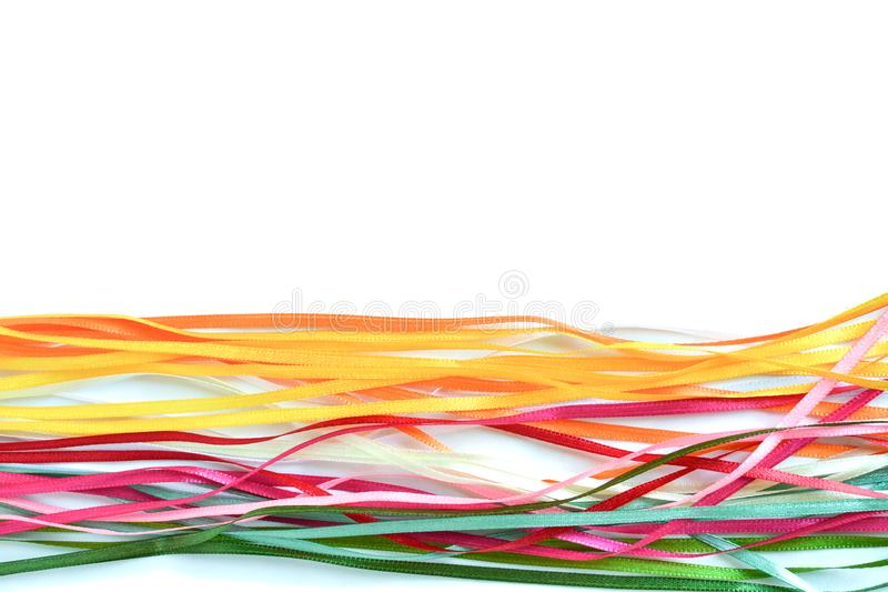 Πολύχρωμες κορδέλλες σατέν και μεταξιού για τη δημιουργικότητα με μια θέση για μια επιγραφή στοκ φωτογραφίες
