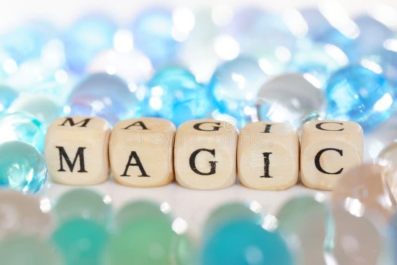 Πολύχρωμες σφαίρες πηκτωμάτων δίπλα στην επιγραφή: μαγικός Εορταστική εικόνα Αφαίρεση στοκ εικόνα με δικαίωμα ελεύθερης χρήσης