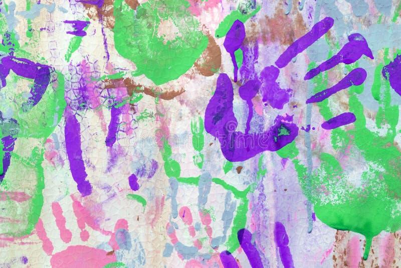 Πολύχρωμες τυπωμένες ύλες χεριών Χρωματισμένο υπόβαθρο από τις τυπωμένες ύλες χεριών μωρών στοκ φωτογραφίες με δικαίωμα ελεύθερης χρήσης