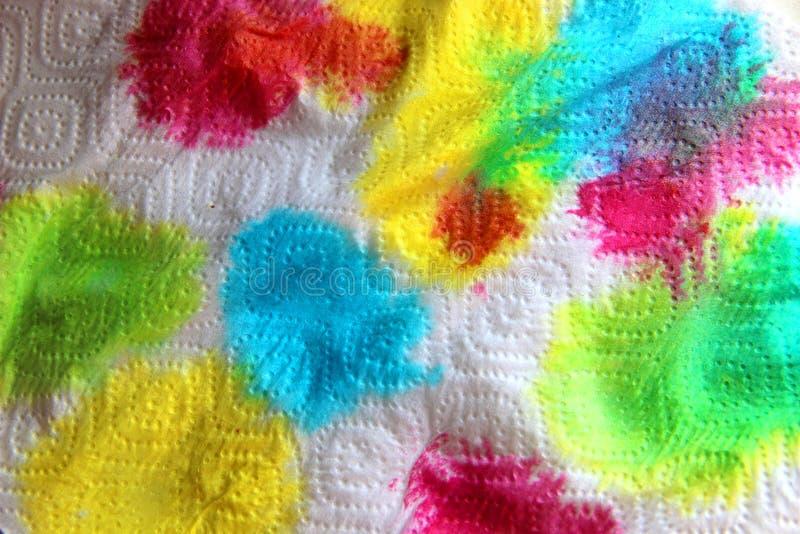 πολύχρωμες φωτεινές χρωστικές σε λευκή χάρτινη πετσέτα αφηρημένο φόντο στοκ εικόνες με δικαίωμα ελεύθερης χρήσης