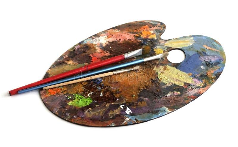 Πολύχρωμη παλέτα του καλλιτέχνη και των βουρτσών στοκ φωτογραφία με δικαίωμα ελεύθερης χρήσης