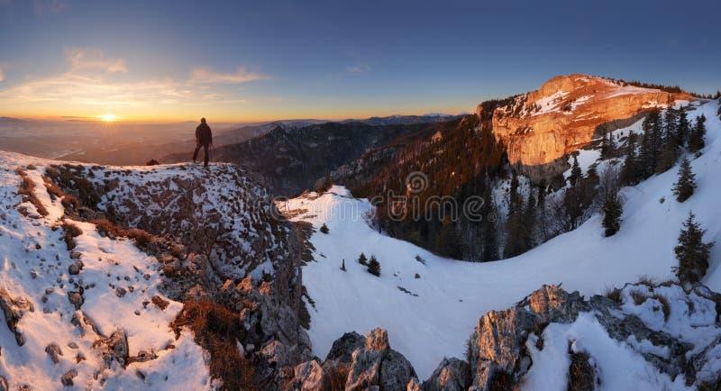Πολύχρωμη χειμερινή ανατολή του ήλιου στα βουνά στοκ εικόνες