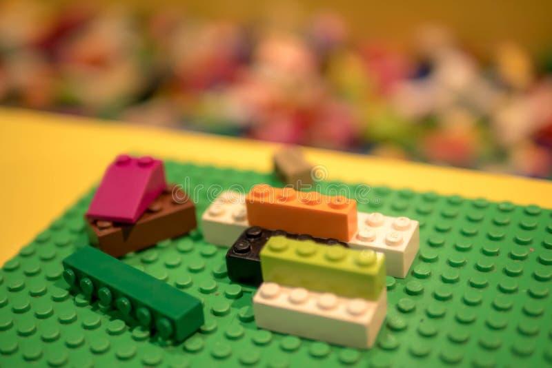 Πολύχρωμοι φραγμοί και τούβλα Lego, νωρίς που μαθαίνουν λωρίδα απεικόνισης σχεδίου ανασκόπησής σας Ανάπτυξη των παιχνιδιών στοκ φωτογραφία