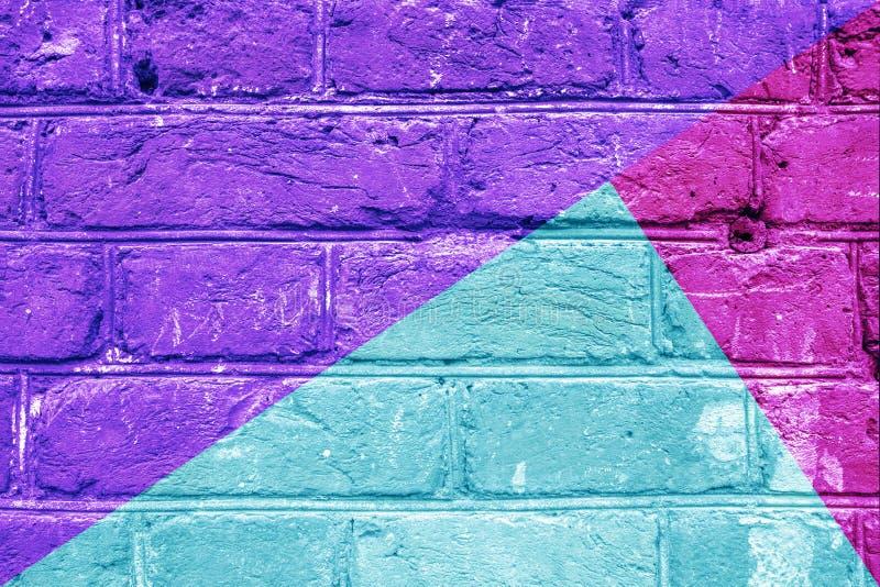 Πολύχρωμος τουβλότοιχος - φωτεινή μοντέρνη τέχνη κινηματογραφήσεων σε πρώτο πλάνο χρωμάτων ιώδης, ρόδινη, μπλε, αφηρημένη στοκ εικόνες