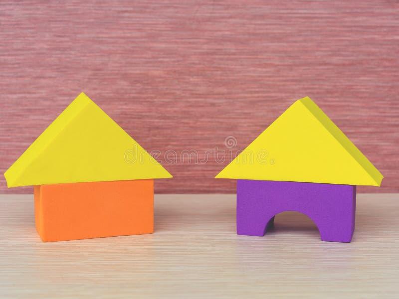 Πολύχρωμο κίτρινο, πορφυρό, πορτοκαλί σπίτι δύο του τριγώνου δομικών μονάδων, ορθογώνιο, ένα εκπαιδευτικό παιχνίδι παιδιών σε μια στοκ εικόνες