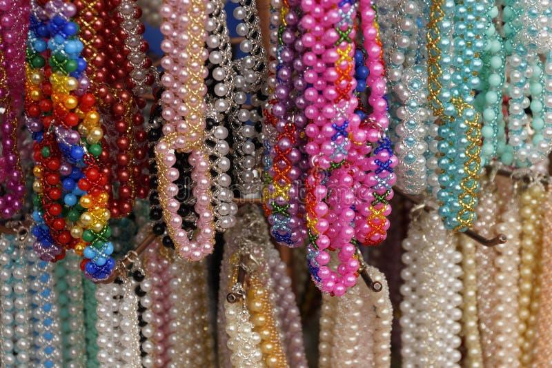 πολύχρωμο περιδέραιο της διακόσμησης χαντρών για τις γυναίκες στοκ εικόνα με δικαίωμα ελεύθερης χρήσης