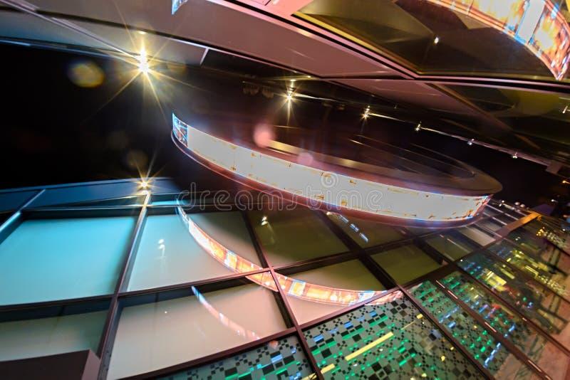 Πολύχρωμο σημάδι νέου στο κτήριο στοκ φωτογραφίες με δικαίωμα ελεύθερης χρήσης