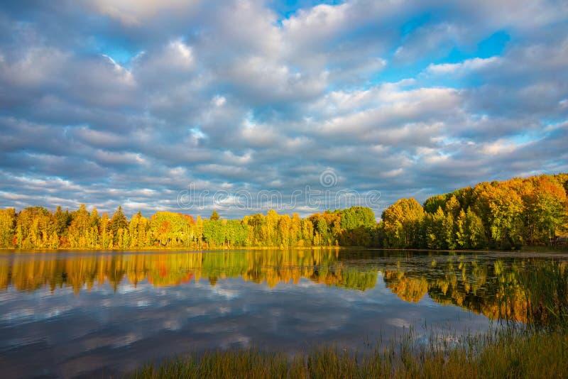Πολύχρωμο φθινοπωρινό τοπίο στη Φινλανδία στοκ φωτογραφία με δικαίωμα ελεύθερης χρήσης