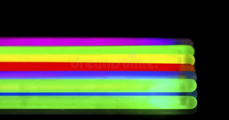 Πολύχρωμο φθορισμού μαύρο υπόβαθρο νέου chem ελαφρύ στοκ φωτογραφίες