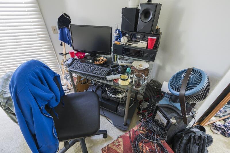 Πολύ ακατάστατο γραφείο στην κρεβατοκάμαρα εφήβων στοκ εικόνα