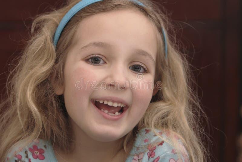 Πολύ ευτυχές μικρό κορίτσι στοκ εικόνα