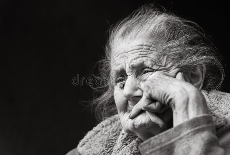 Πολύ ηλικιωμένη και κουρασμένη ζαρωμένη γυναίκα υπαίθρια στοκ εικόνες με δικαίωμα ελεύθερης χρήσης