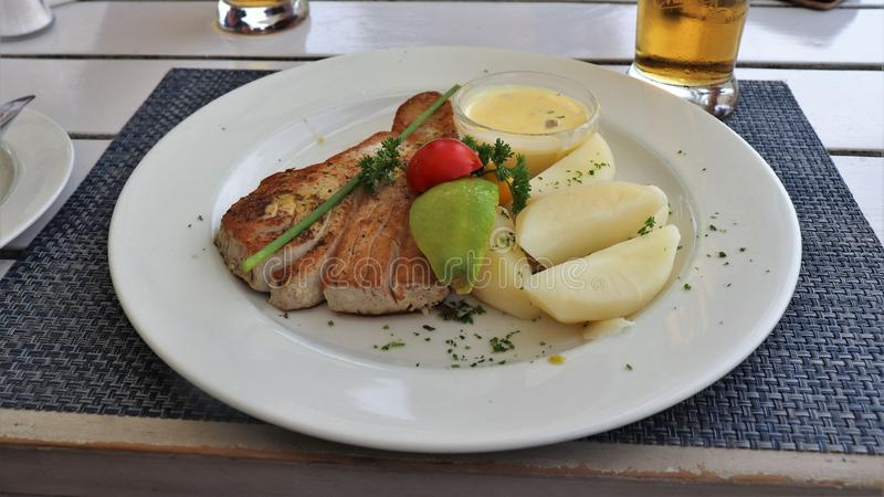 Πολύ καλός τόνος με τις πατάτες για το μεσημεριανό γεύμα στοκ φωτογραφίες