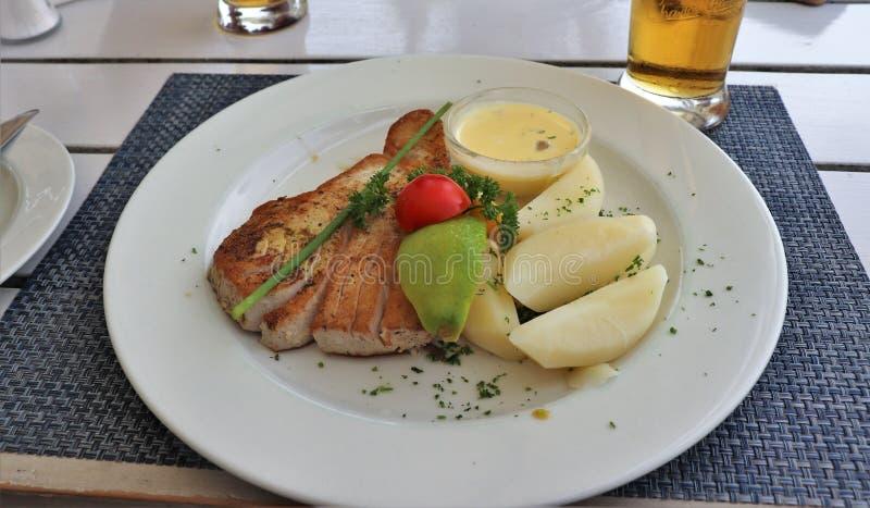 Πολύ καλός τόνος με τις πατάτες για το μεσημεριανό γεύμα στοκ εικόνα