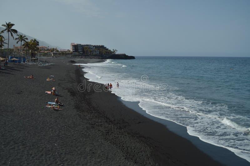 Πολύ μαύρη ηφαιστειακή παραλία άμμου στους NAO (Εθνικός Οργανισμός Διαιτησίας) Puerto στην πόλη του Los Llanos Ταξίδι, φύση, τοπί στοκ φωτογραφία με δικαίωμα ελεύθερης χρήσης