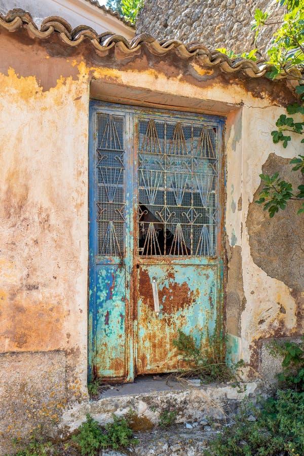 Πολύ παλαιά βρώμικη ξεπερασμένη σίδηρος πόρτα στοκ φωτογραφία με δικαίωμα ελεύθερης χρήσης