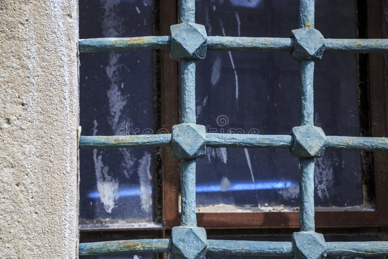 Πολύ παλαιοί φραγμοί στα παλαιά παράθυρα στοκ φωτογραφία με δικαίωμα ελεύθερης χρήσης
