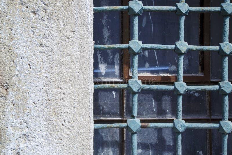 Πολύ παλαιοί φραγμοί στα παλαιά παράθυρα στοκ φωτογραφίες