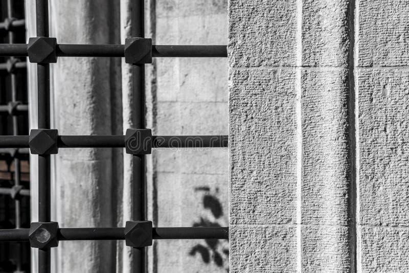 Πολύ παλαιοί φραγμοί στα παλαιά παράθυρα στοκ φωτογραφία