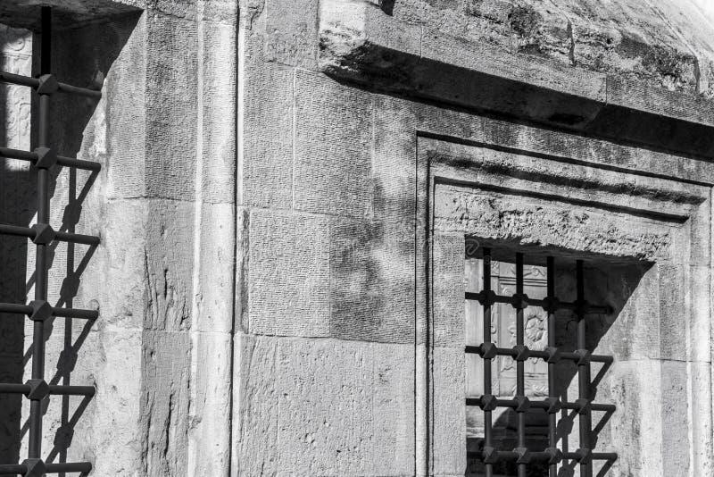 Πολύ παλαιοί φραγμοί στα παλαιά παράθυρα στοκ εικόνες