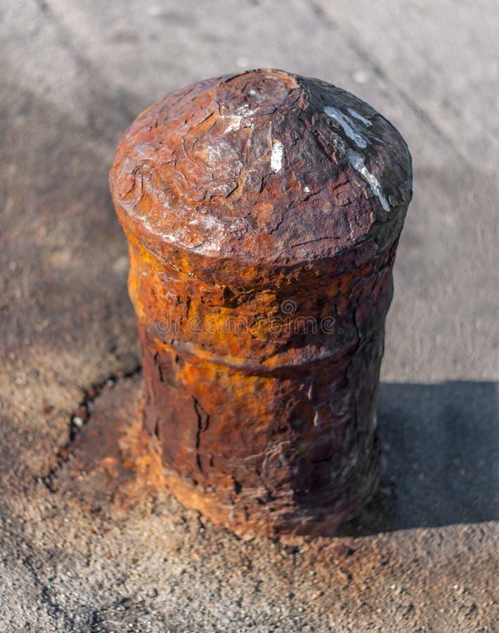 Πολύ παλαιός στυλίσκος σιδήρου στη συγκεκριμένη θαλάσσια αποβάθρα για τη βάρκα στοκ φωτογραφία με δικαίωμα ελεύθερης χρήσης