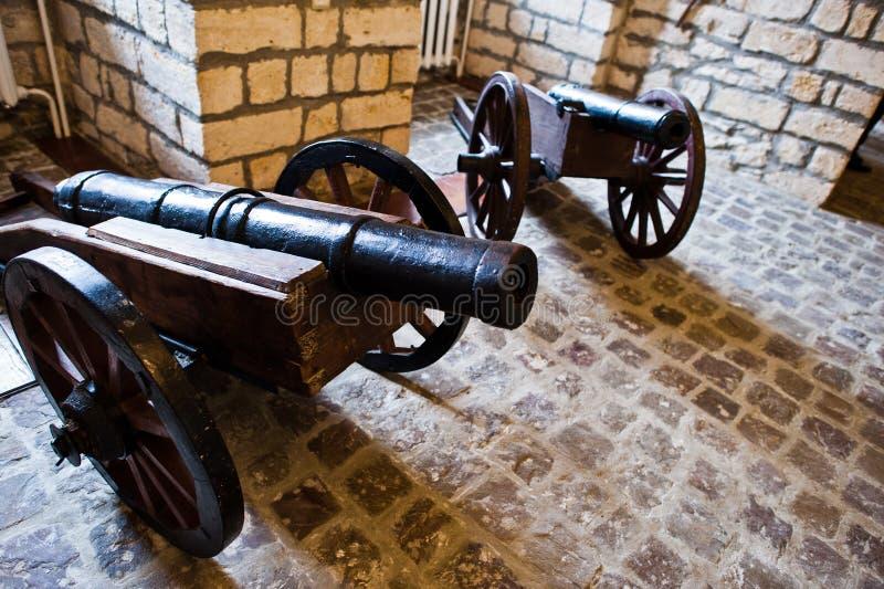 Πολύ παλαιό πυροβόλο φιαγμένο από σίδηρο στο μουσείο στοκ φωτογραφίες