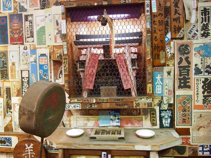 Πολύ παραδοσιακό ιαπωνικό κτήριο με χιλιάδες κολλημένοι αυτοκόλλητες ετικέττες τοίχοι στοκ φωτογραφία