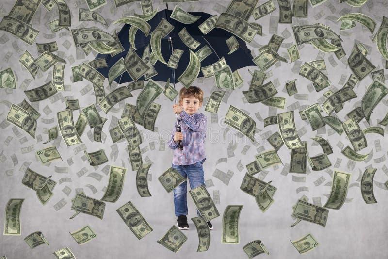 Πολύ πλούσιος λίγος επιχειρηματίας, χρήματα που πέφτει άνωθεν στοκ φωτογραφία