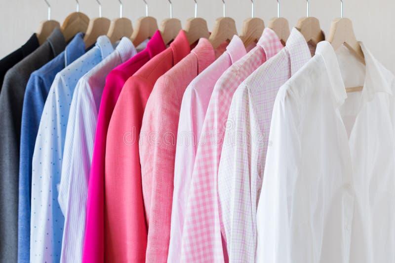 Πολύ πουκάμισο στο ράφι στοκ εικόνα με δικαίωμα ελεύθερης χρήσης