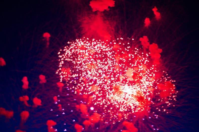 Πολύ φτηνό πυροτέχνημα πέρα από την πόλη, κόκκινη διανυσματική απεικόνιση