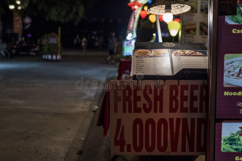 Πολύ φτηνό φρέσκο σημάδι μπύρας σε μια οδό τη νύχτα στο Βιετνάμ στοκ φωτογραφίες με δικαίωμα ελεύθερης χρήσης
