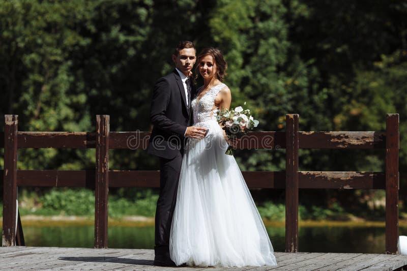 Πολύ όμορφος γάμος της κατάπληξης του ζεύγους Ευτυχής νύφη και μοντέρνος νεόνυμφος στοκ φωτογραφία